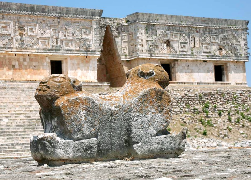 Самое значимое здание города Ушмаль является Дворец губернатора. На платформе перед дворцом располагается Двухголовый ягуар. Ушмаль, Мексика