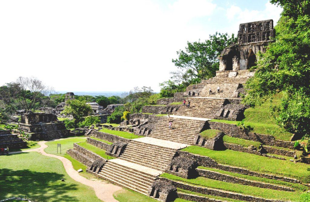 Храм лиственного креста побежденный природой и временем. Археологическая зона Паленке, Мексика