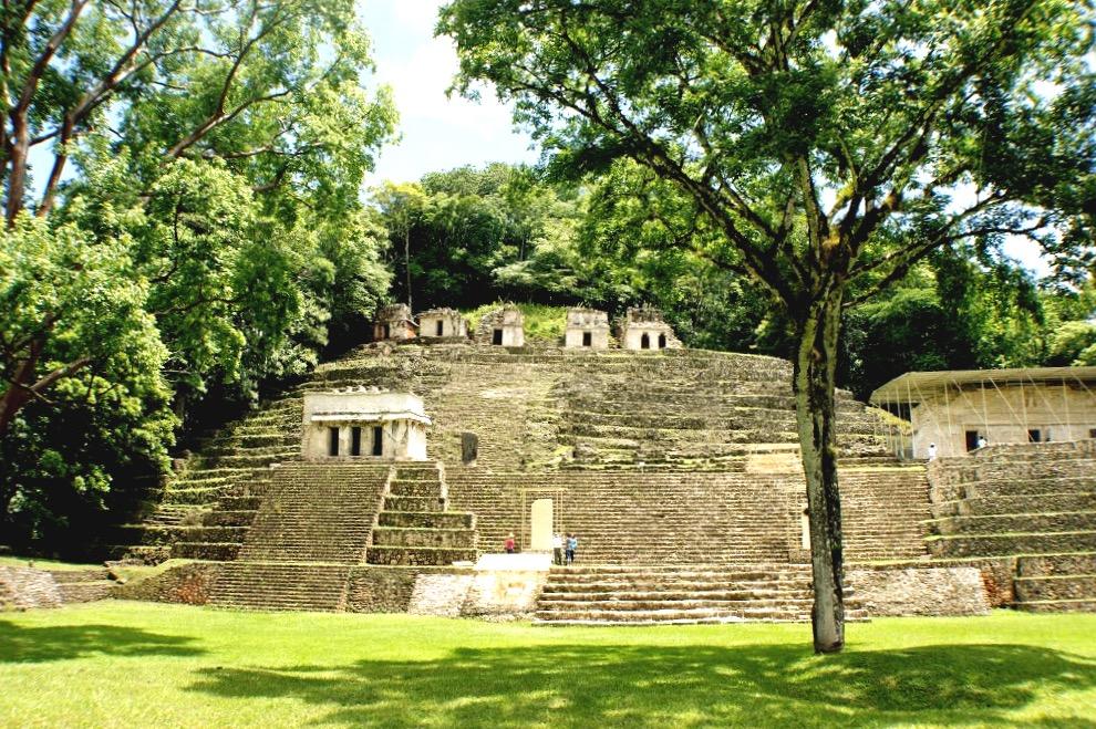 Единственная площадь древнего города Бонампак находящаяся прямо напротив Акрополя с Храмами Фресок, Мексика