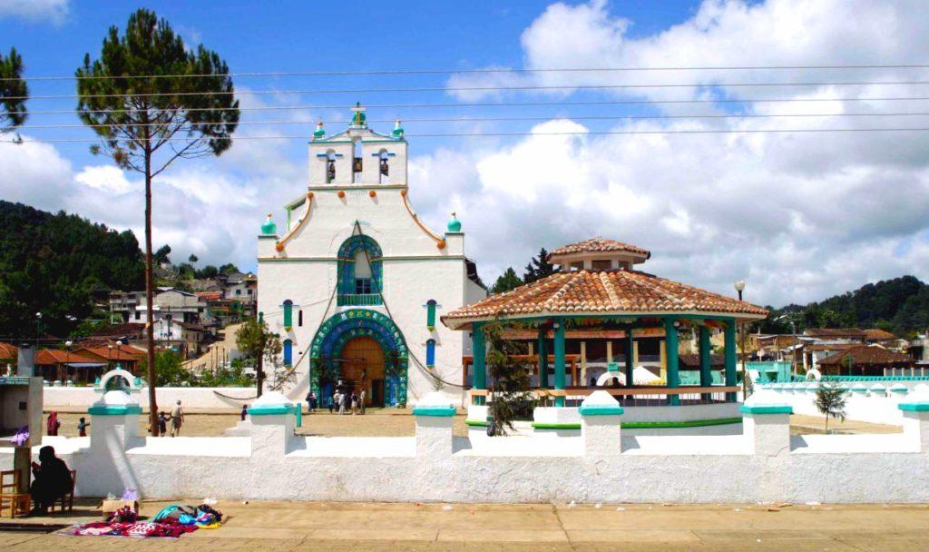 Храм Сан Хуан место поклонения местных жителей деревни Сан Хуан Чамула, штат Чиапас