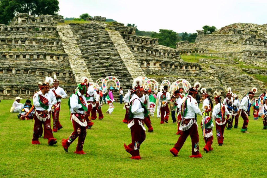 Церемониальное поклонение богам, предки индейцев тотонаков, пирамиды Йоуаличан, Куэцалан, Мексика