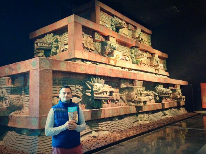 Арсен на фоне реставрированного участка храма Кетсалькоатля