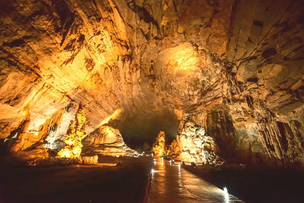Главный зал пещеры Какауамильпа в штате Герерро