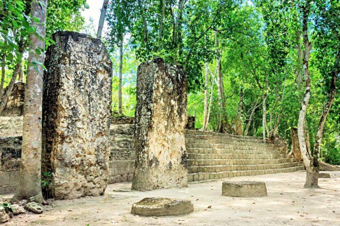 Стелы у основания великой пирамиды в Калакмуле