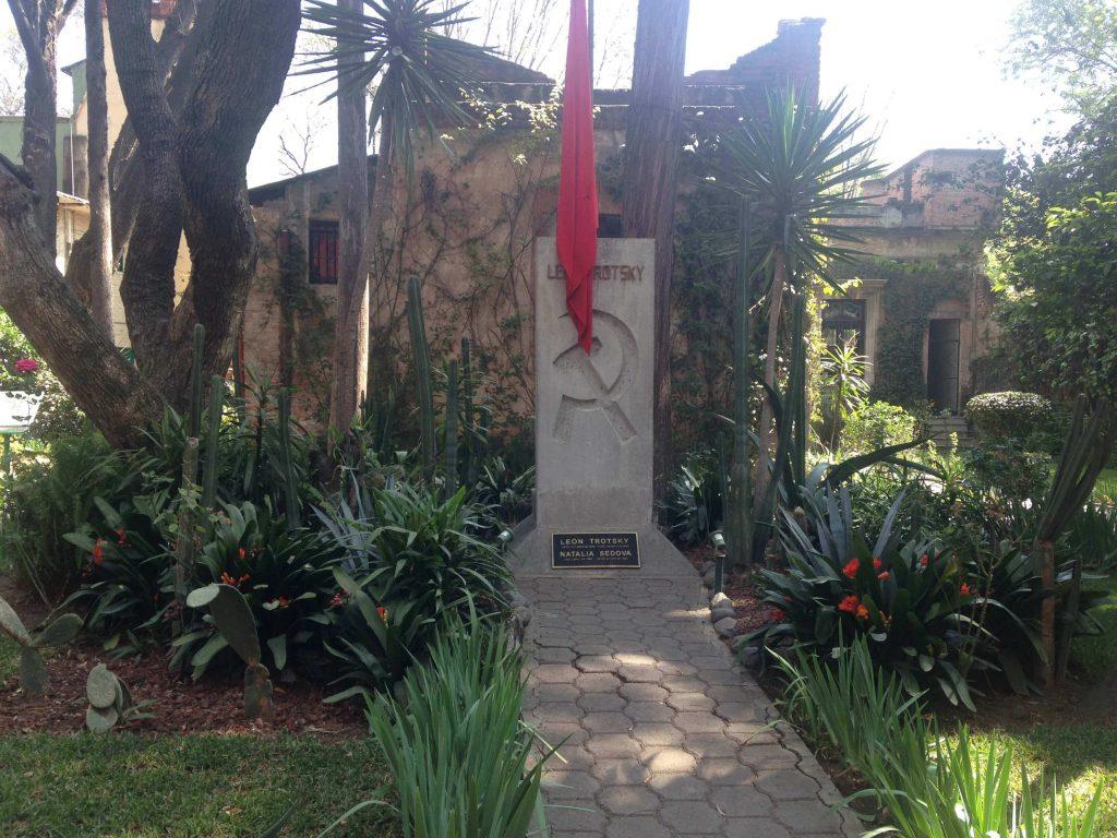 Могила революционера Льва Троцкого