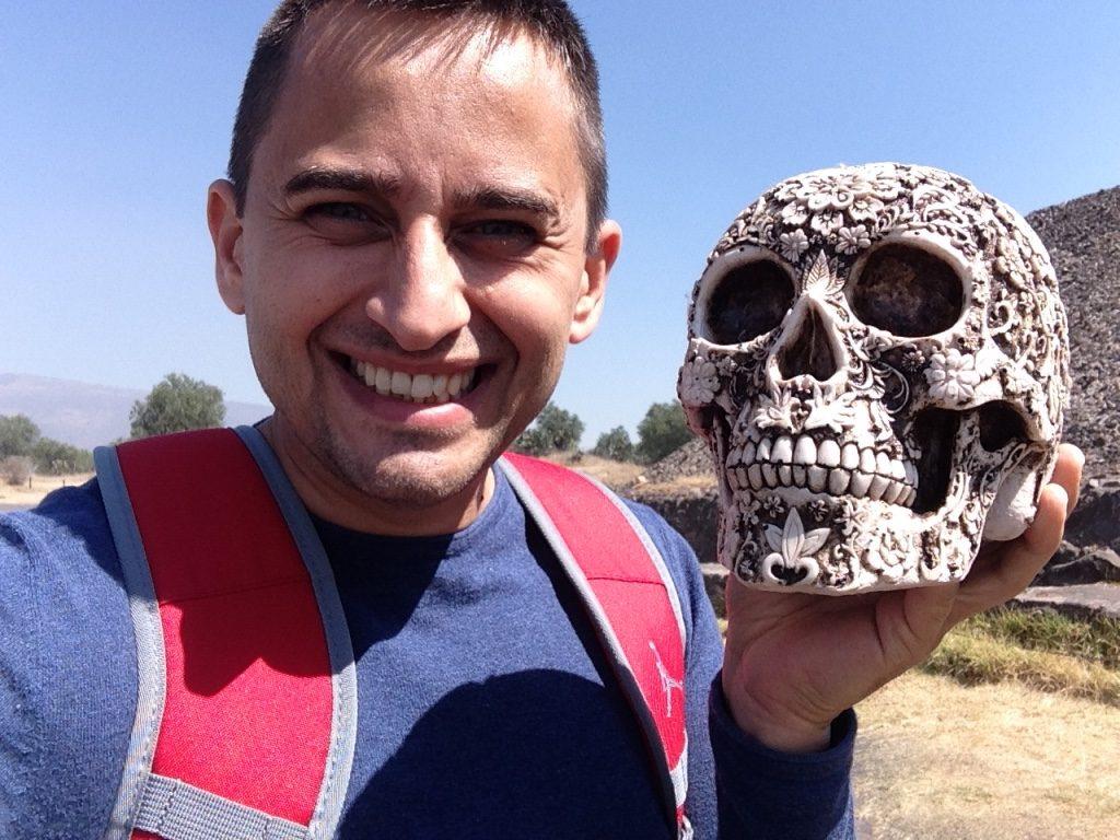 Арсен с национальным символом смерти, город Теотиуакан
