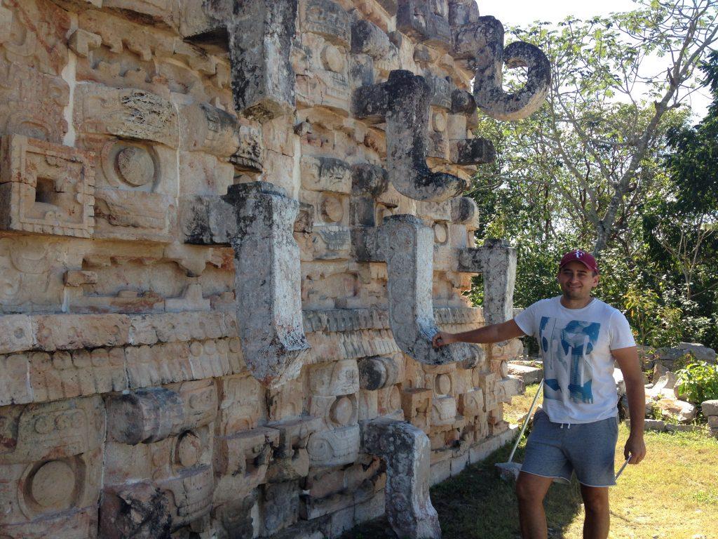 Арсен на фоне Дворца Масок в честь бога дождя Чаака