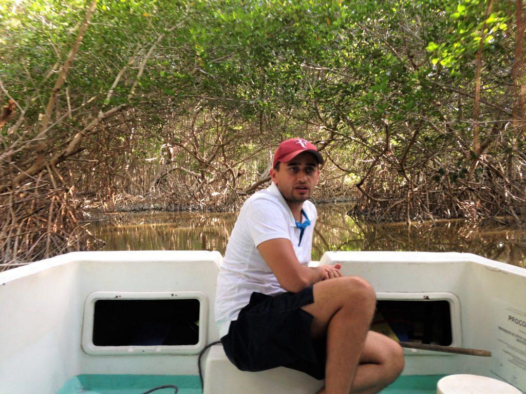 Арсен в заповеднике Селестун заплывает в мангровую рощу