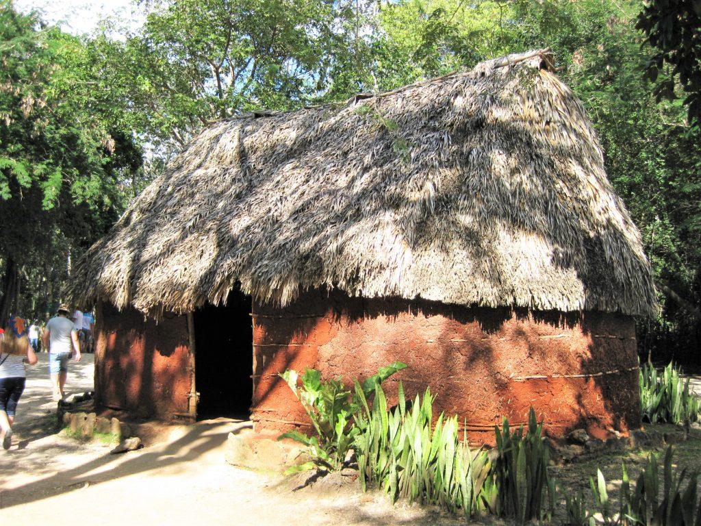 Жилище индейцев майя на территории древнего города Чичен-Ица