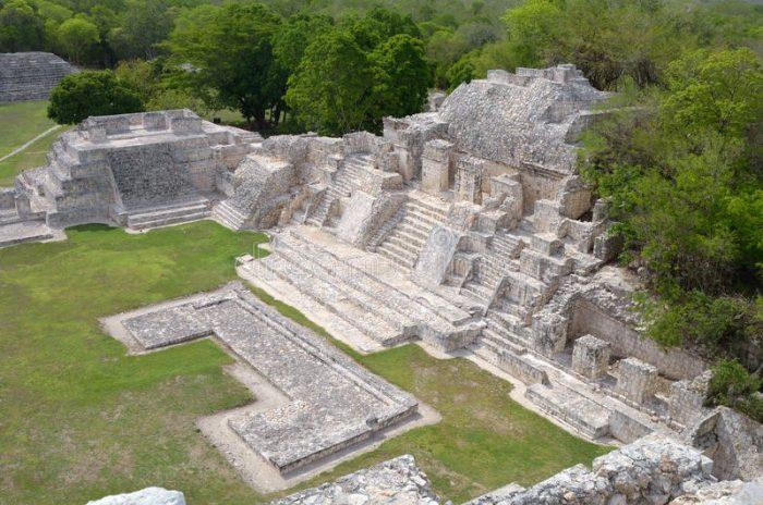 Вид на Большой Акрополь сверху, пирамиды Эцна