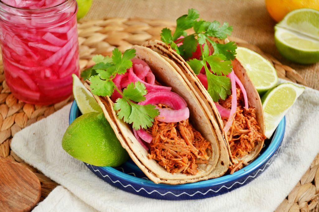 """Так подается традиционное блюдо Юкатана """"Свинина Пибиль (Cochinita Pibil)."""""""