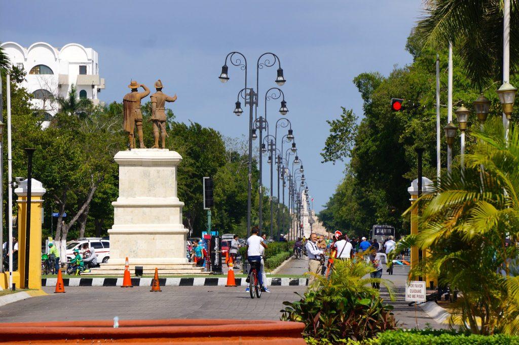 памятник конкистадорам на пасео де монтехо