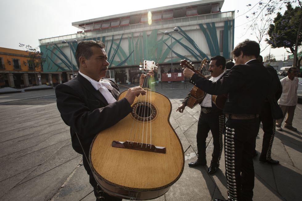 Марьячи на площади Гарибальди в историческом центре Мехико.